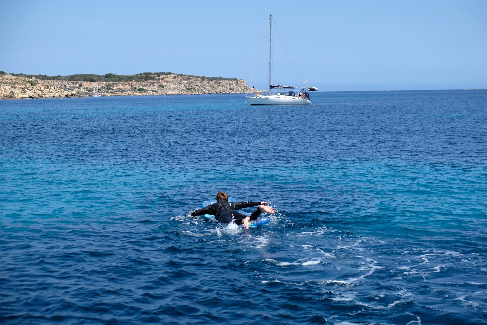 Martin swimming towards Max & Valeria